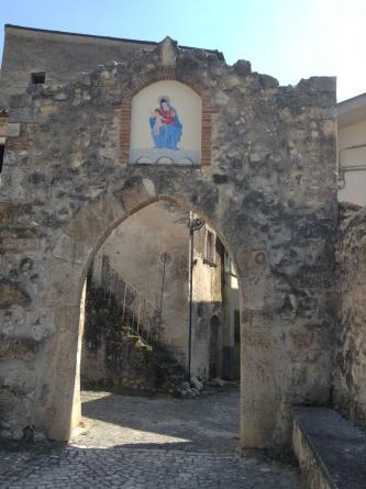 """La cosiddetta """"porta di sù"""" (esiste anche una """"porta di giù"""") del borgo di Santa Maria del Ponte"""